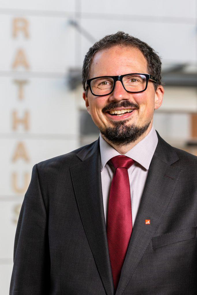 Bernhard Goodwin vor dem Kartlsfelder Rathaus