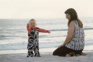 Bernhard Goodwin am Strand mit Katharina Goodwin