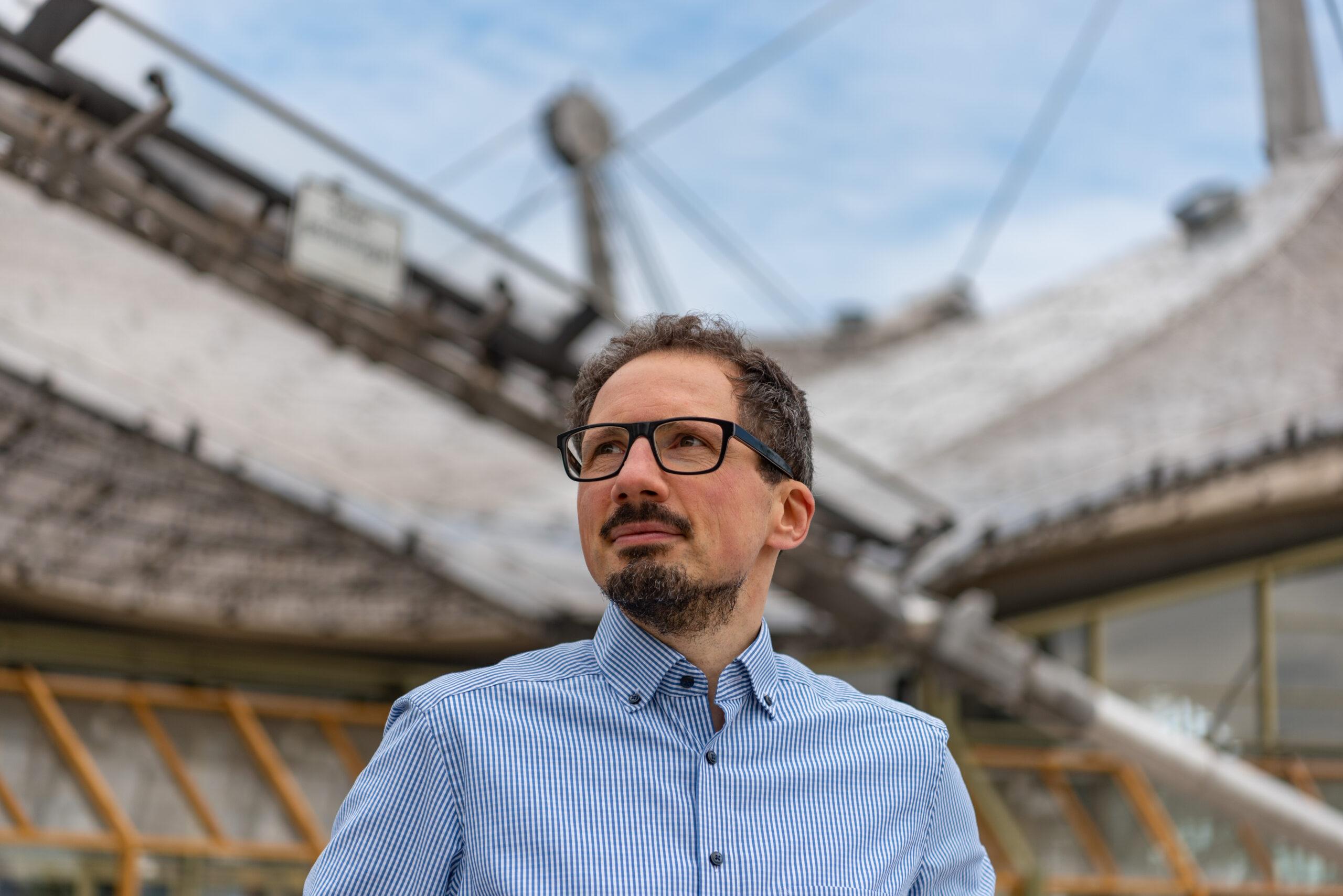 Bernhard Goodwin vor dem Zeltdach der Olympiahalle